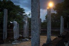 Estatuas y columnas en la noche, Yatala Wehera, Tissamaharama, Sri Fotografía de archivo