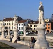 Estatuas y gente en el della Valle, uno de Prato del cuadrado más grande de Europa imagen de archivo libre de regalías