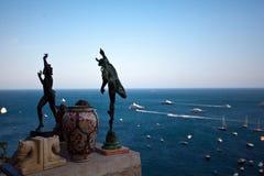 Estatuas y mar Mediterráneo Imagen de archivo libre de regalías