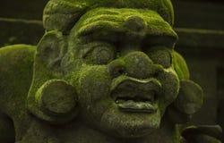 Estatuas y tallas que representan demonios, dioses y deidades mitológicas del Balinese fotografía de archivo libre de regalías