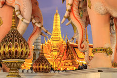 Estatuas y Wat Phra Kaew rosados, Bangkok, Tailandia de Erawan Foto de archivo