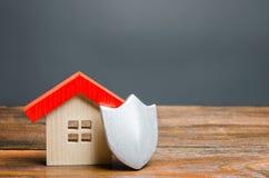 Estatueta da casa e protetor protetor O conceito da segurança interna e da segurança Sistemas de alarme A inviolabilidade de priv foto de stock royalty free