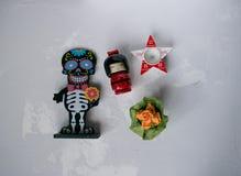 Estatueta de esqueleto com flores imagem de stock