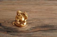 Estatueta de rir a Buda dourada foto de stock