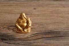 Estatueta de rir a Buda dourada imagem de stock royalty free