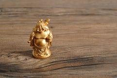 Estatueta de rir a Buda dourada fotografia de stock royalty free