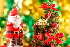 Estatueta de Santa Claus com árvore de Natal Imagens de Stock