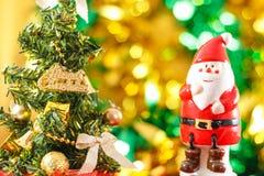 Estatueta de Santa Claus com árvore de Natal Fotografia de Stock Royalty Free