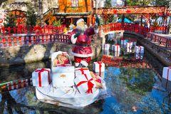 Estatueta de Santa Claus no mercado grego no drama, Grécia do Natal imagens de stock