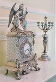 A estatueta de um anjo e outras coisas retros estão estando em uma tabela de madeira Imagens de Stock