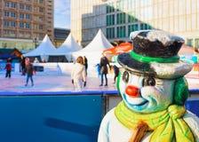 Estatueta do boneco de neve na pista de patinagem no mercado do Natal em Alexanderplatz no inverno Berlim, Alemanha Advent Fair D fotografia de stock royalty free
