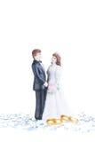 Estatueta dos noivos da porcelana com alianças de casamento puras do ouro Imagem de Stock Royalty Free