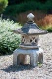 Estatueta pequena que assemelha-se à torre feita da pedra fotos de stock
