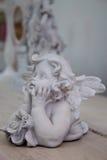 Estatueta retro de um anjo em uma tabela de madeira Fotografia de Stock Royalty Free
