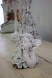 Estatueta velha de um anjo em uma tabela de madeira Foto de Stock