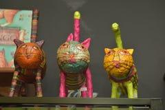 Estatuetas coloridas de lembranças dos gatos do museu Fotografia de Stock Royalty Free