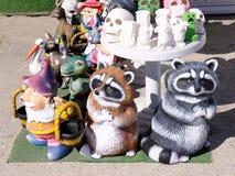 Estatuetas coloridas e uncoloured da argila para pintar foto de stock royalty free