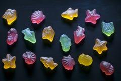 Estatuetas coloridos do doce de fruta sob a forma dos habitantes do mar Imagem de Stock