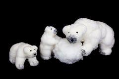 Estatuetas da família dos ursos polares que jogam com bola de neve Fotos de Stock Royalty Free