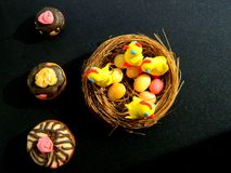 Estatuetas da Páscoa das galinhas no ninho fotografia de stock