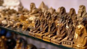 Estatuetas de gatos egípcios da pedra e dos outros produtos em prateleiras de loja em Egito video estoque
