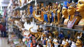 Estatuetas de gatos eg?pcios da pedra e dos outros produtos em prateleiras de loja em Egito filme