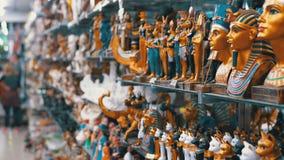 Estatuetas de gatos eg?pcios da pedra e dos outros produtos em prateleiras de loja em Egito vídeos de arquivo
