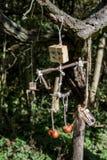 Estatuetas de madeira feitos a mão em uma corda imagens de stock