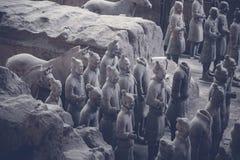 Estatuetas de Qin Terra-Cotta Warriors e dos cavalos imagens de stock royalty free