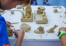 Estatuetas do plasticine das crianças na classe mestra na modelagem do plasticine imagem de stock