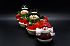 Estatuetas feitos a mão dos bonecos de neve isoladas no fundo preto Decoração do Natal imagens de stock royalty free