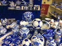 Estatuetas tradicionais da porcelana de Gzhel da lembrança do russo no mercado da lembrança imagem de stock royalty free