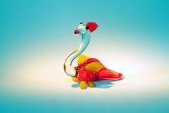 Estatuilla de cristal del dragón en un proyector Imágenes de archivo libres de regalías