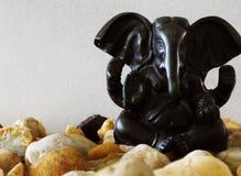 Estatuilla de Ganesha en rocas del río Foto de archivo libre de regalías