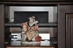 Estatuilla de la porcelana del viajero fotografía de archivo libre de regalías