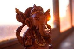 Estatuilla de madera del ganesha indio de dios Imagenes de archivo