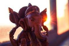 Estatuilla de madera del ganesha indio de dios Imagen de archivo libre de regalías
