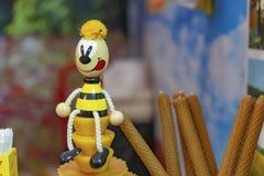 Estatuilla de madera de la abeja en una tienda de la miel imágenes de archivo libres de regalías