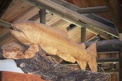 Estatuilla de madera de los pescados imagen de archivo