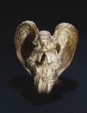 Estatuilla de oro del ángel en un fondo negro con Imagen de archivo libre de regalías