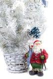 Estatuilla de Papá Noel con los esquís a disposición al lado de Foto de archivo libre de regalías