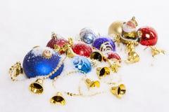 Estatuilla de Papá Noel y bolas de la Navidad Fotografía de archivo libre de regalías