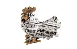 Estatuilla de un gallo en un fondo blanco Imágenes de archivo libres de regalías
