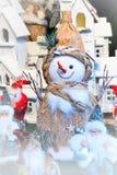 Estatuilla del muñeco de nieve en el mercado de la Navidad Foto de archivo libre de regalías
