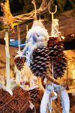 Estatuilla del muñeco de nieve en el mercado de la Navidad Fotografía de archivo