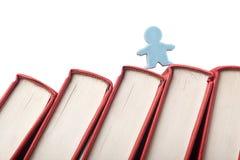 Estatuilla en la espina dorsal de libros Fotografía de archivo