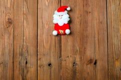 Estatuilla en un fondo de madera, decoración de Papá Noel de la Navidad Fotografía de archivo