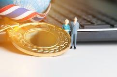 Estatuilla miniatura con los premios de las medallas para el ganador de la competencia, fotos de archivo