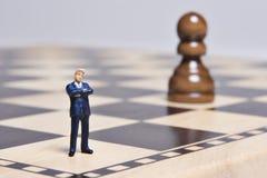 Estatuilla y ajedrez fotos de archivo libres de regalías