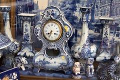 estatuillas Blanco-azules de la porcelana de animales en estilo holandés tradicional Imagen de archivo
